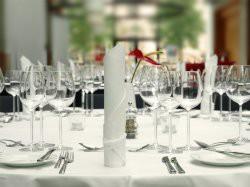 Gedeckter runder Tisch mit Weingläsern
